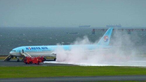 В токийском аэропорту загорелся самолет: восемь пострадавших