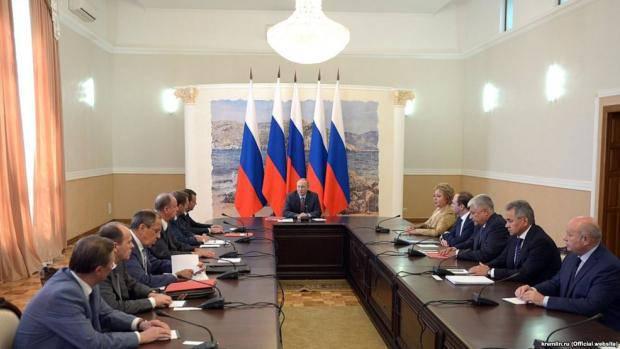 Царь со свитой: Путин объяснил, зачем приехал в Крым с членами Совбеза РФ