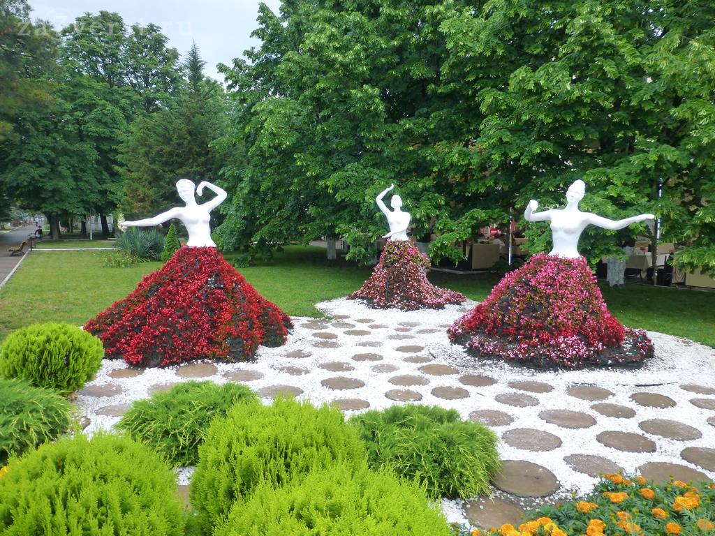 Генджик, цветочные скульптуры