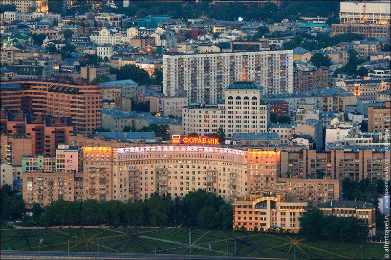 Полукруглый Дом Архитектора на Ростовской набережной, популярное место сбора руферов