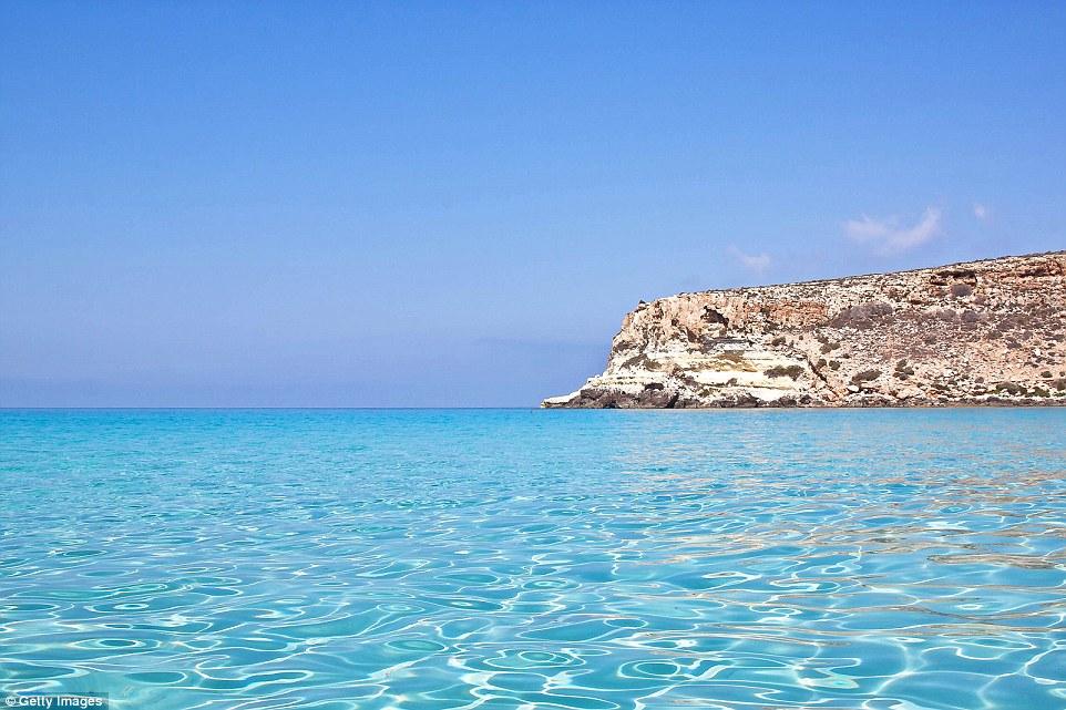 Лампедуза, самый большой из Пелагских островов у берегов Италии. Излюбленное место для плавания благ