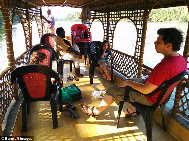Семейство Кингов во время речной поездки по Керале, Индия.