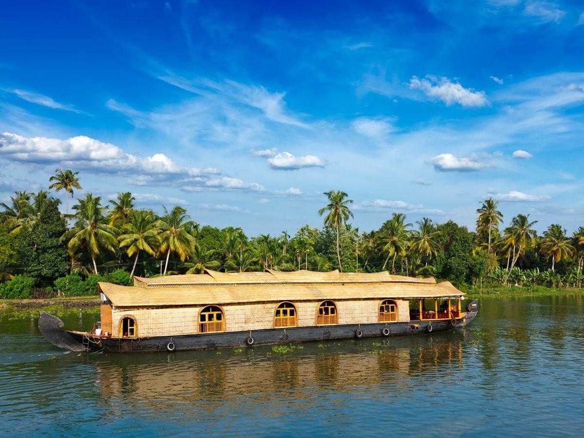 19. Проплывите на плавучем доме по Керале, Индия.