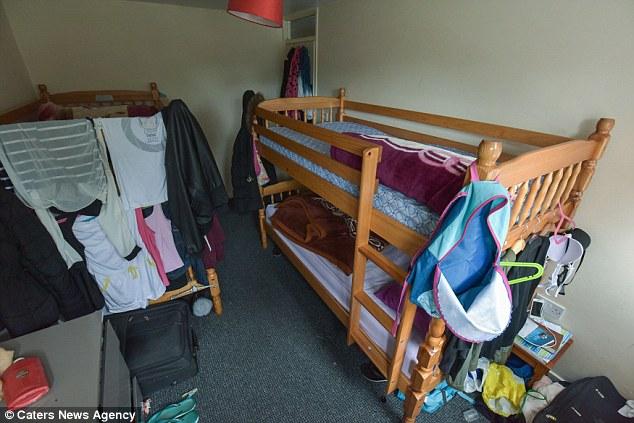 «Меня и мою семью игнорируют, мы живем в трех спальнях, а ведь нас 10 человек», — говорит Арнольд Су
