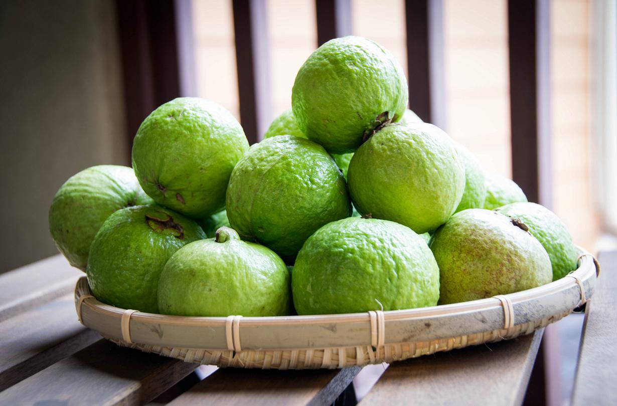 Псидиум. Плод источает приятный аромат, напоминающий запах лимонной цедры; вкус — сладковато-кис