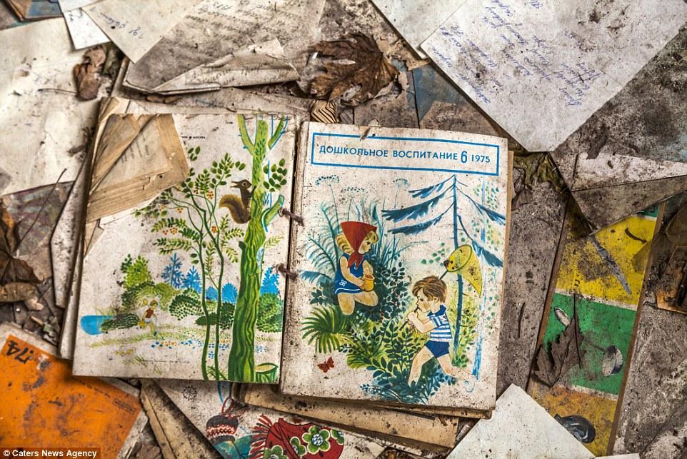 Сердце разрывается: оставленная кем-то впопыхах детская книга.