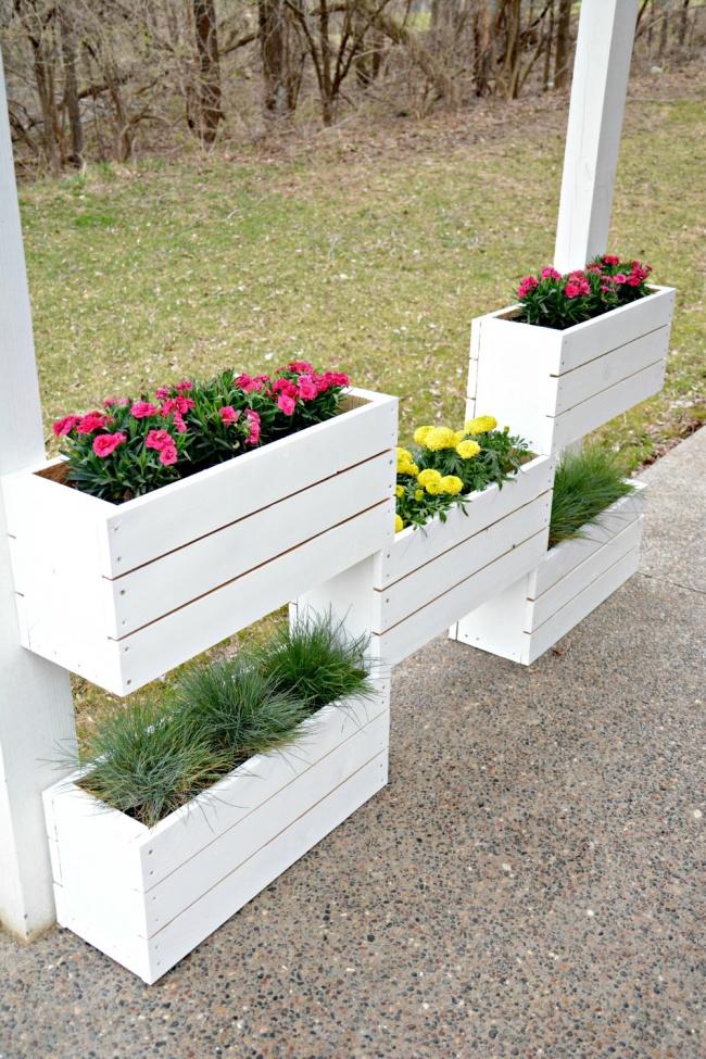 Завалявшиеся всарае ящики станут прекрасным обрамлением для ваших любимых цветов.