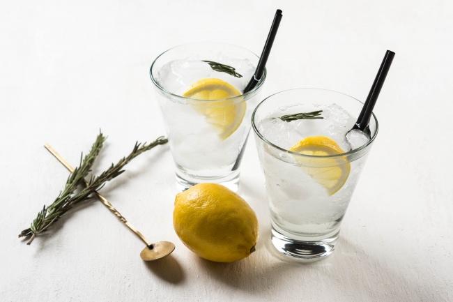 Инструкция, как сделать напиток тут. Вам понадобится: 15мл свежевыжатого сока лимона 15мл сахарног