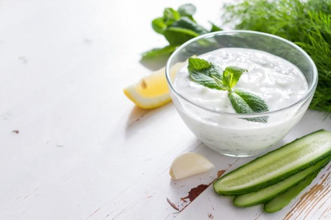 Вам понадобится: Для йогурта: 1л стерилизованного молока 2ст.л. жирной сметаны или йогурта сживы