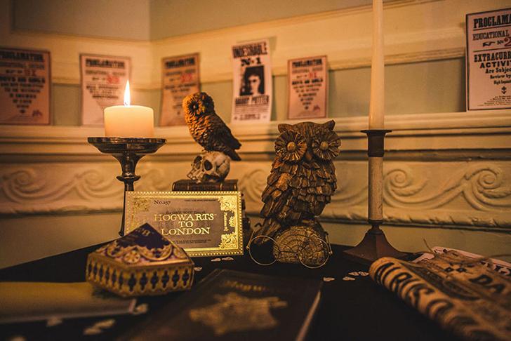 Столик с книгой для пожеланий был украшен круглыми очками и совами.