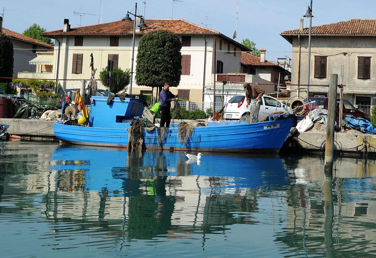 27. Наряду с туризмом, рыбалка по-прежнему остается источником средств к существованию многих семей