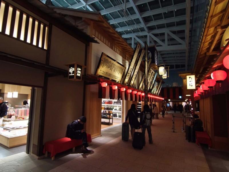 Аэропорт является четвертым в мире по загруженности, известен благодаря всегда поддерживаемой идеаль