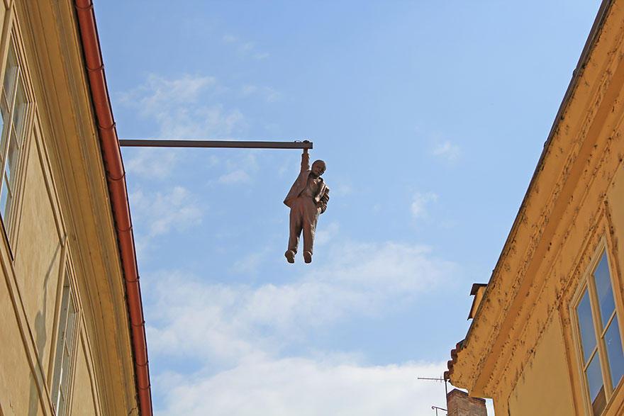 21. Висящий человек, Прага, Чехия Кого бы, вы думали, изображает эта скульптура? Как ни странно, это