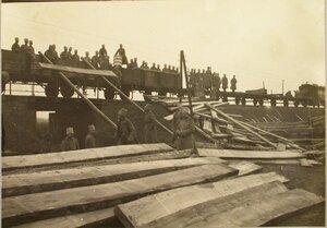 Солдаты восстанавливают мост через реку Сан (подвозка заготовленных на станции Рава-Русская ряжей и прогонов к мосту).
