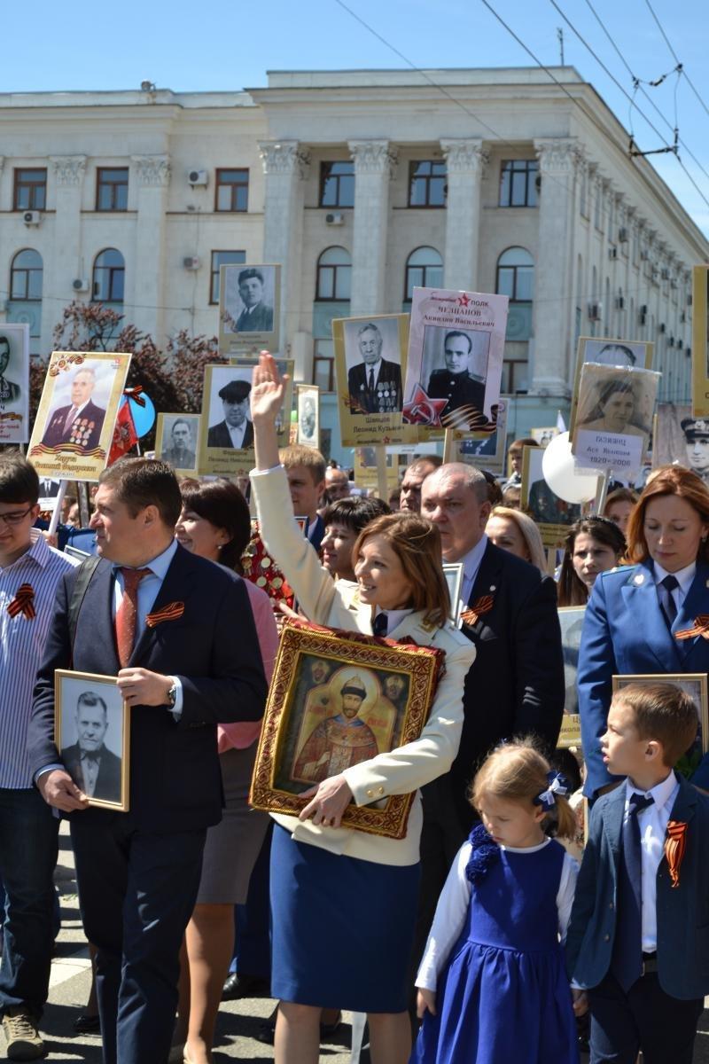 20160509_14-35-Поклонская прошла в колонне 'Бессмертного полка' с иконой Николая II-pic2