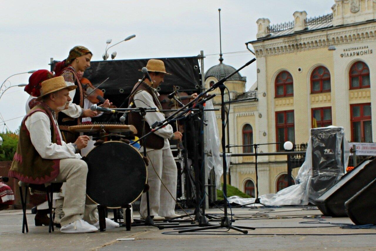 Фольклорный фестиваль на ступенях Украинского дома