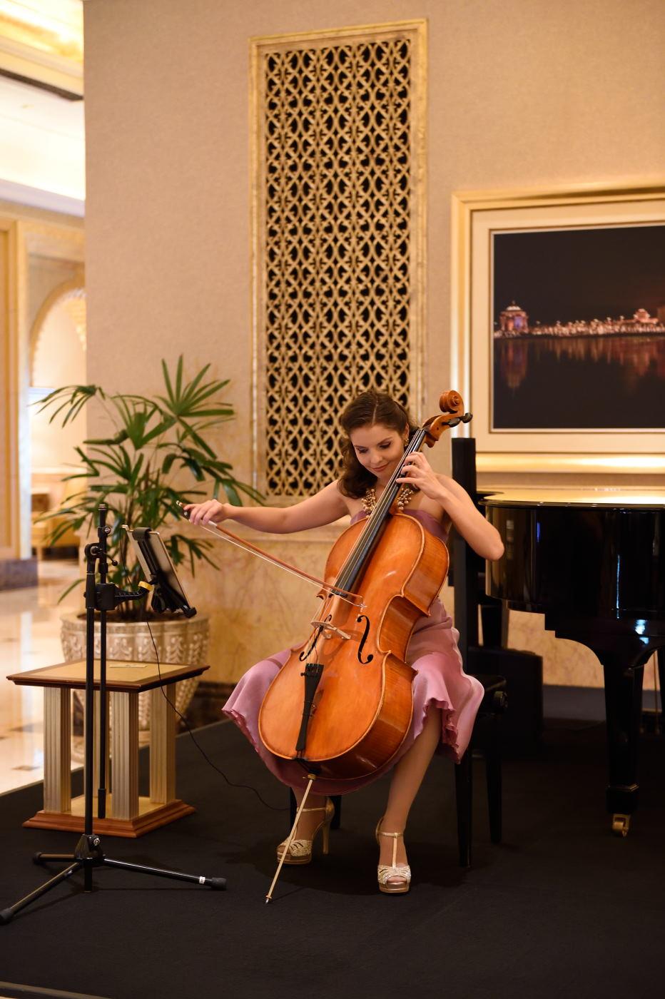 Фотография 3. Виолончелистка в отеле Emirates Palace Hotel. Пример съемки на Nikon D3s и объектив Nikon 24-70mm f/2.8. Настройки: 1/60, 2.8, 360, 60.