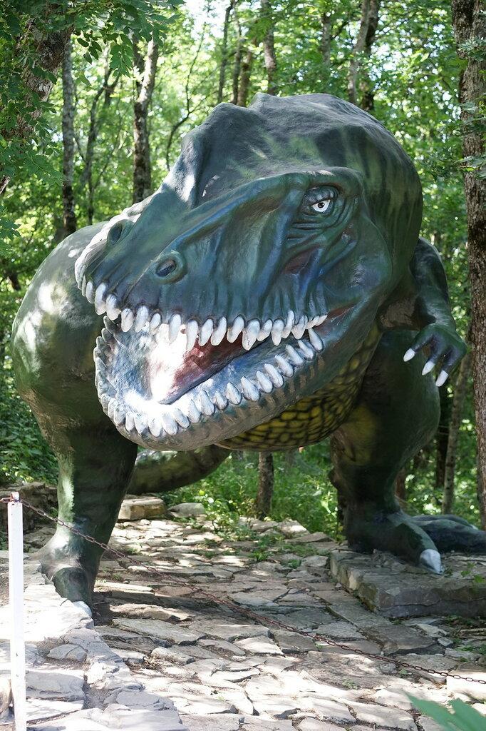 Парк Юрского периода. Динозавр в Сафари-парке в Геленджике.