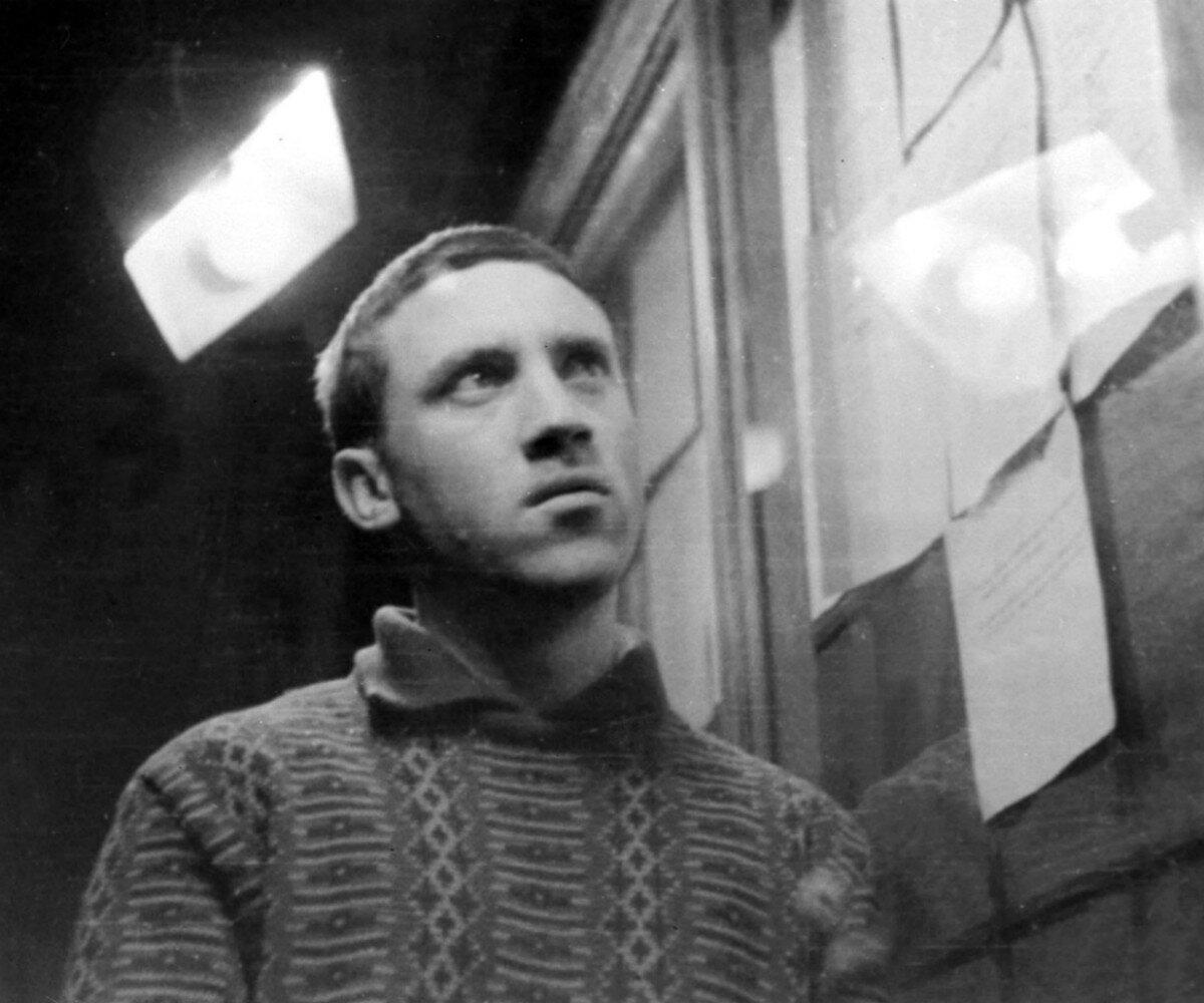 1962.  Владимир Высоцкий у доски приказов в театре им.Пушкина. май