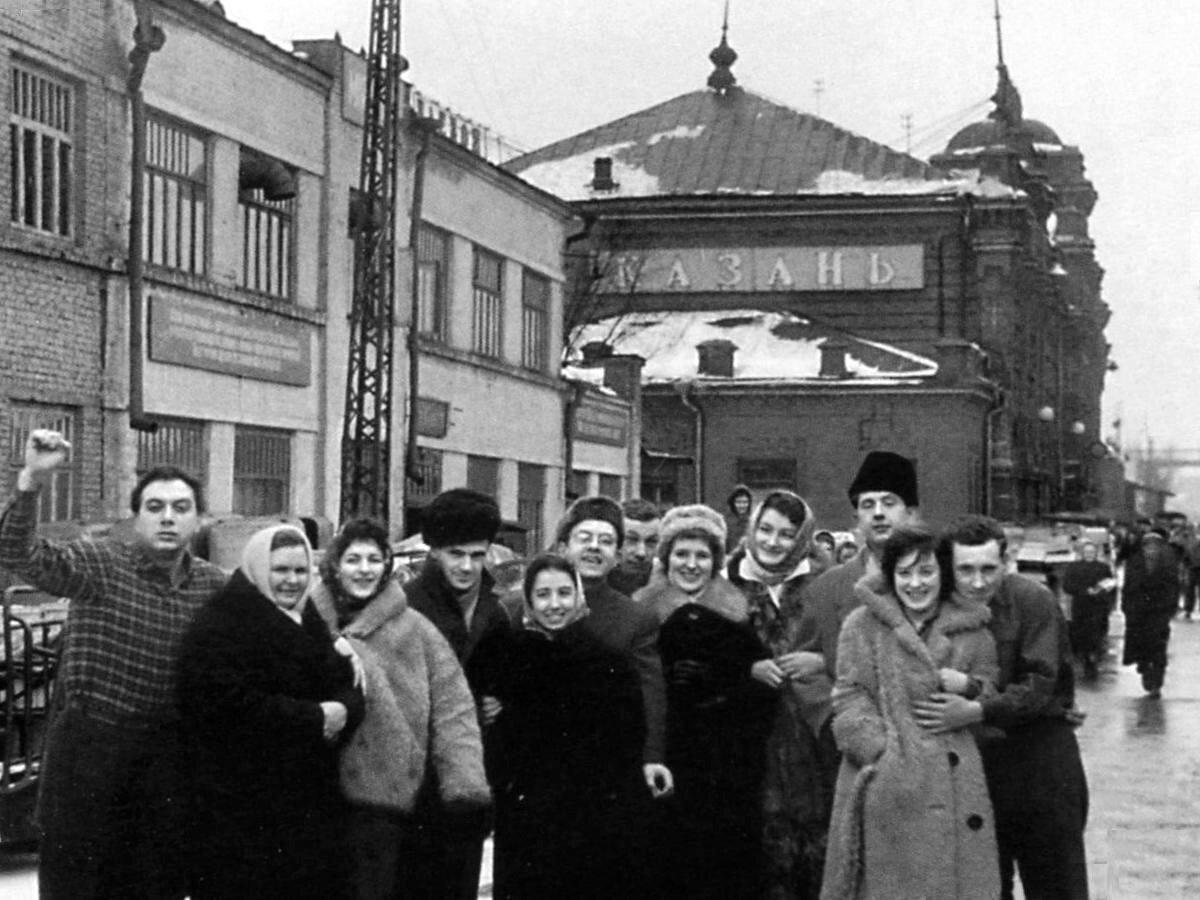 1962. Актёры Московского театра миниатюр на гастролях в Казани. Фото 18 февраля