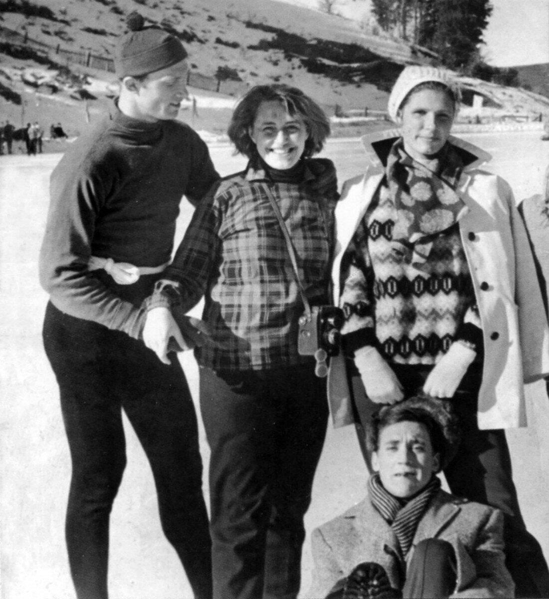 1963. В.Косичкин Е.Терехова, И.Артамонова и В.Высоцкий на высокогорном катке «Медео» во время съемки фильма «Штрафной удар». Январь