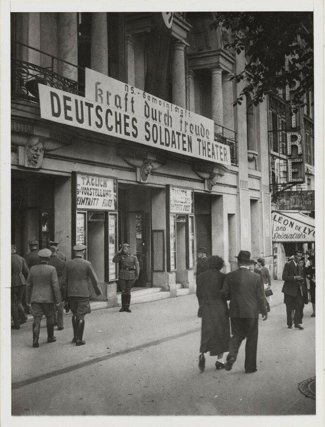 Императорский театр стал театром для немецких солдат. Авеню де Ваграм, 39-41. 26 июля