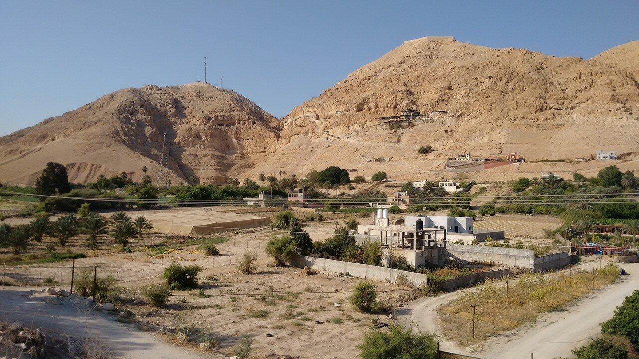09. Общий вид на Гору Искушения (справа) и монастырь Искушения (слева)