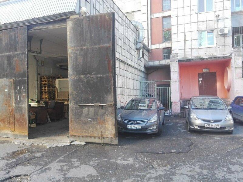 Разгрузка со двора в магазин Семья на Сибирской 50