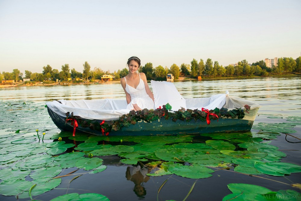 Shaina-A катается на лодочке