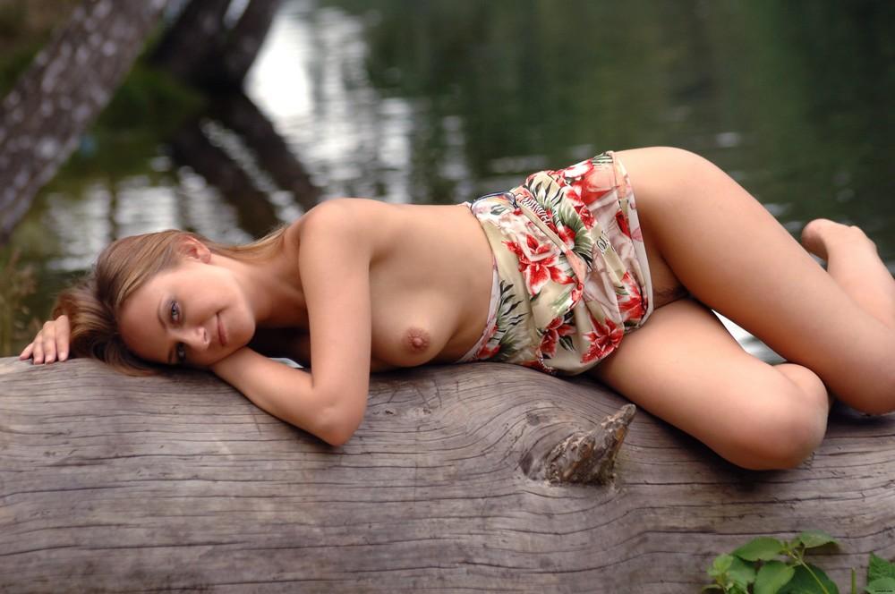Линда на берегу реки