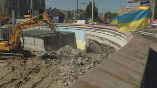 Кто в городе хозяин: В Киеве сносят вход на станцию метро Героев Днепра - мешает незаконно возводить очередной ТРЦ