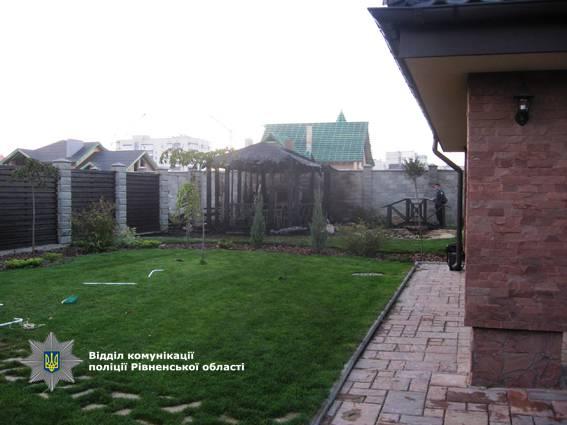 Неизвестные совершили поджог во дворе дома в Ривном, принадлежащего нардепу. ФОТОрепортаж