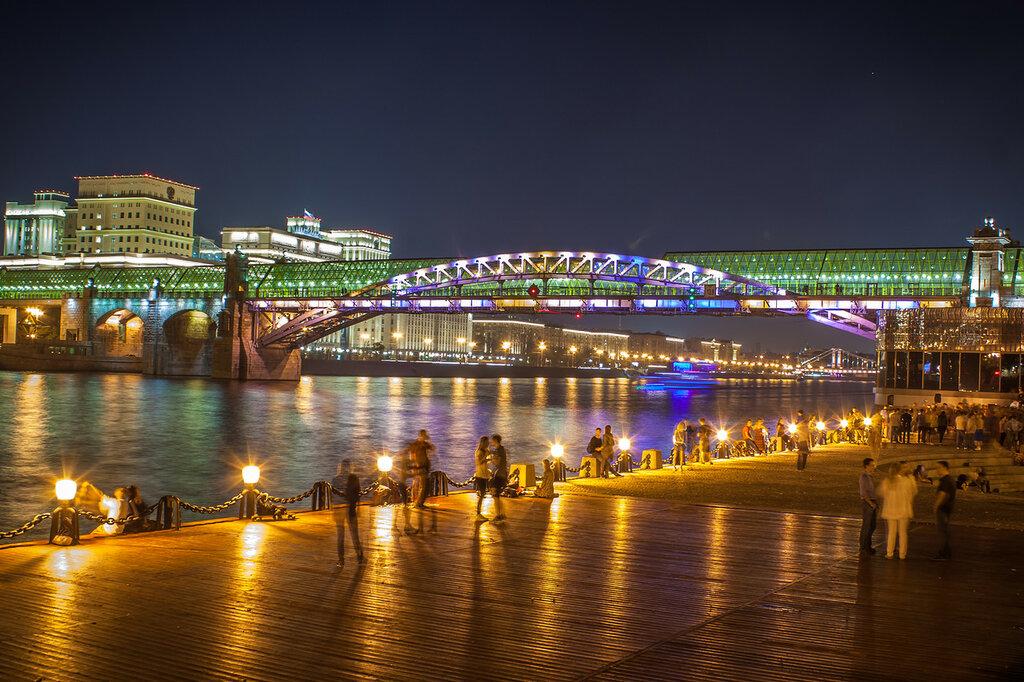 Танцплощадка на набережной Москва-реки