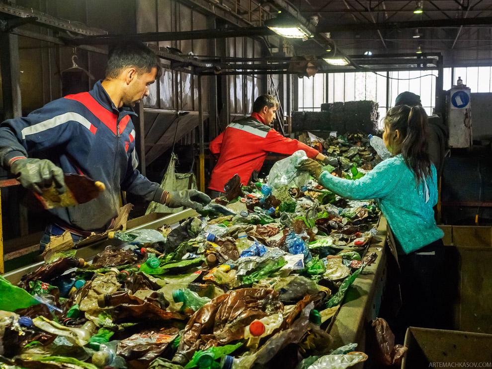 9. Отсортированные по цветам бутылки вновь прессуются в кипы и перевозятся на улицу — на склад,