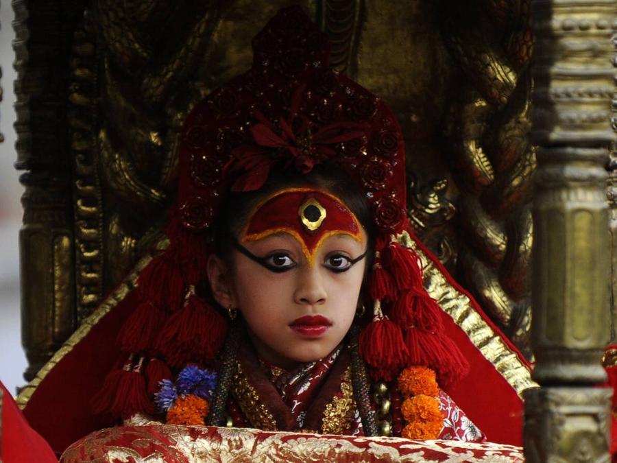 1. Во многих культурах встречается понятие живых или смертных богов, наделенных божественной силой.