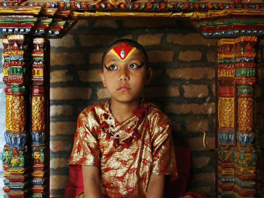 7. Ранее Кумари не обучались, но в последнее время власти Непала решили обеспечивать юных богинь обр