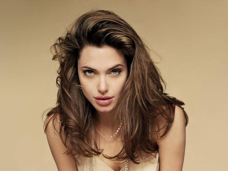 9. Актерскую карьеру Анджелина Джоли начала в юном возрасте по протекции своего отца. Популярность п