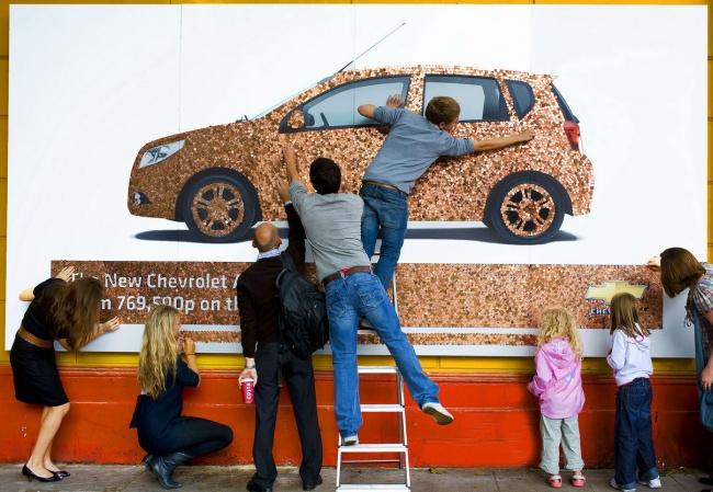 Рекламу Chevrolet Aveo вЛондоне выложили из20000 однопенсовых монет. Прохожим потребовалось всего