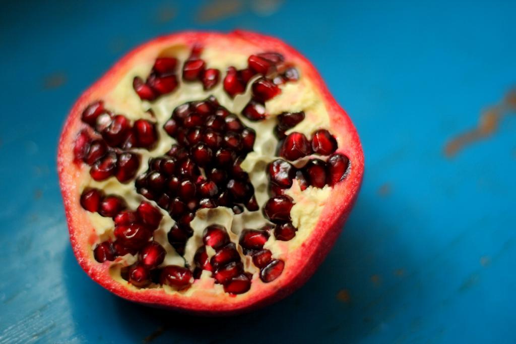 Гранат. Плод содержит витамины А, B1, B2, B6, B15, С, Р а также микроэлементы — бор, железо, кал