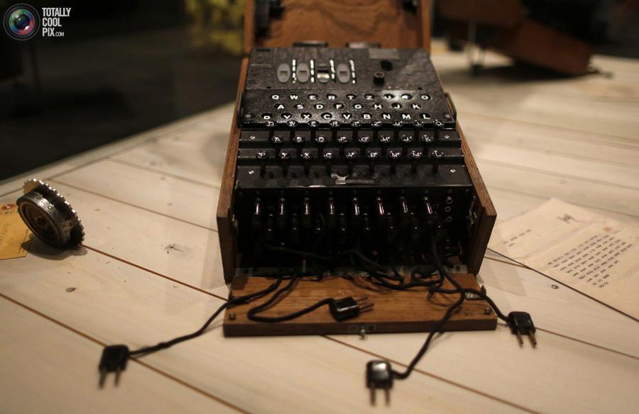 13. Немецкая шифровальная машинка «Энигма», использовавшаяся во время Второй Мировой войны.