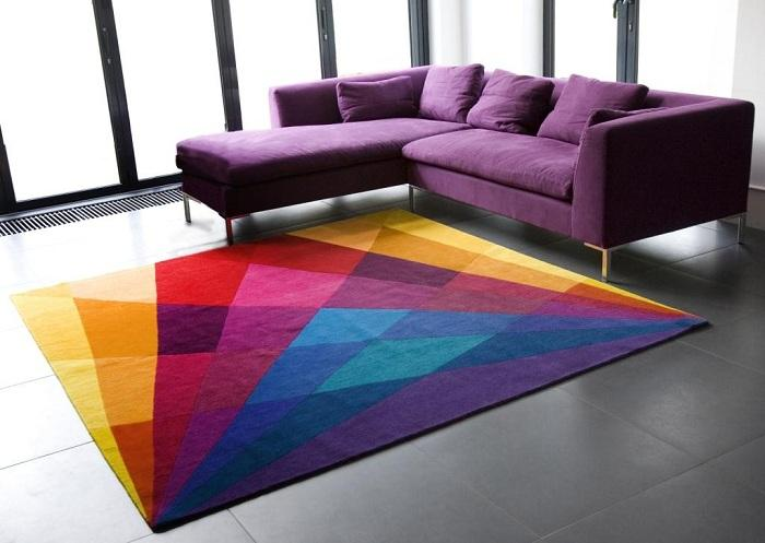 3. Яркие брызги Сочетание симпатичного фиолетового дивана с ярким ковриком на полу — это прекр
