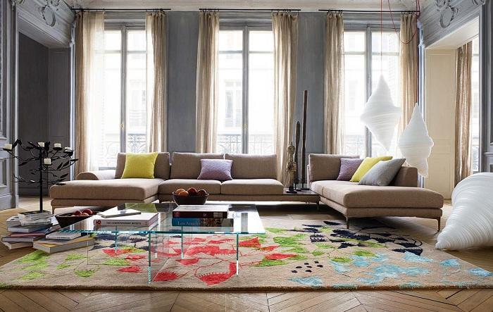 5. Яркие следы Классическое оформление комнаты в сочетании с яркими следами на ковре создает особенн