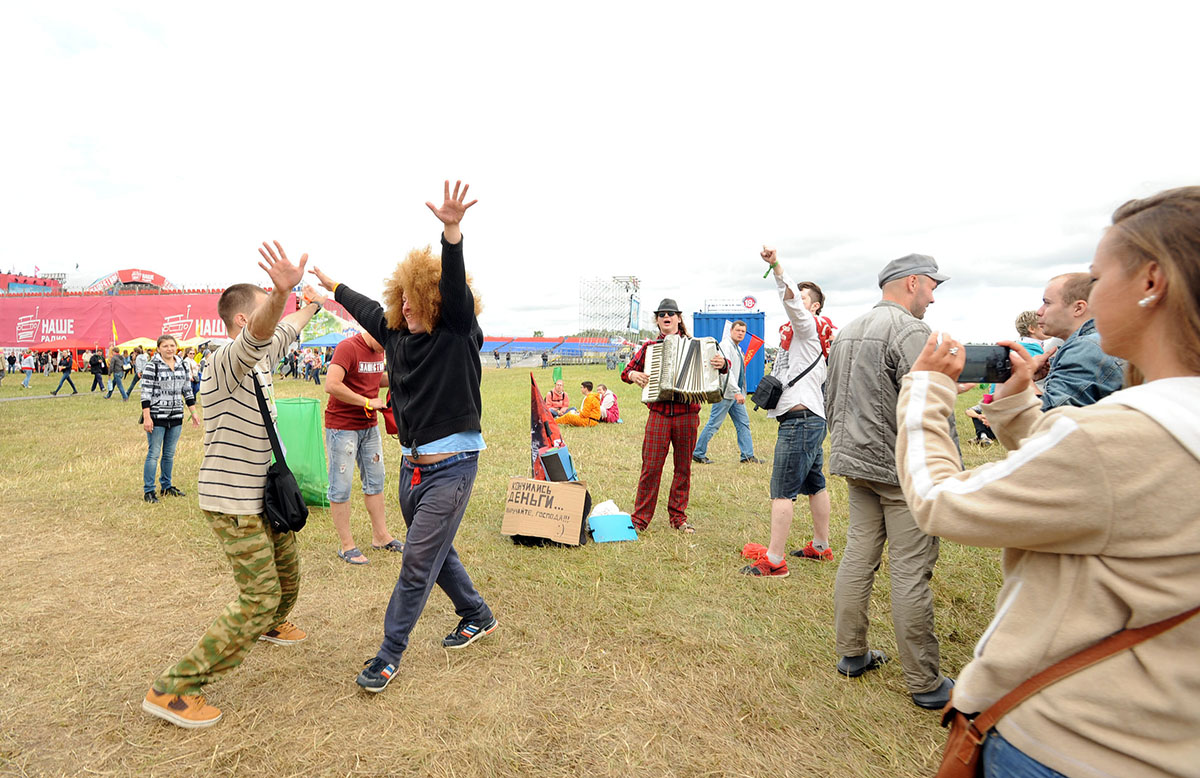 В ожидании начала фестиваля народ себя развлекал как умел.