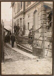 Группа военных и гражданских лиц около дома, на месте падения бомбы , сброшенного на ул. Потоцкого 18-го ноября 1914 г. около 12 ч. дня.