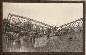 Бойцы саперной роты наводят временный мост взамен взорванного через реку Виар .