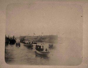 Шлюпки на Неве в день спуска на воду крейсера 1-го ранга Аврора и эскадренного броненосца Победа.