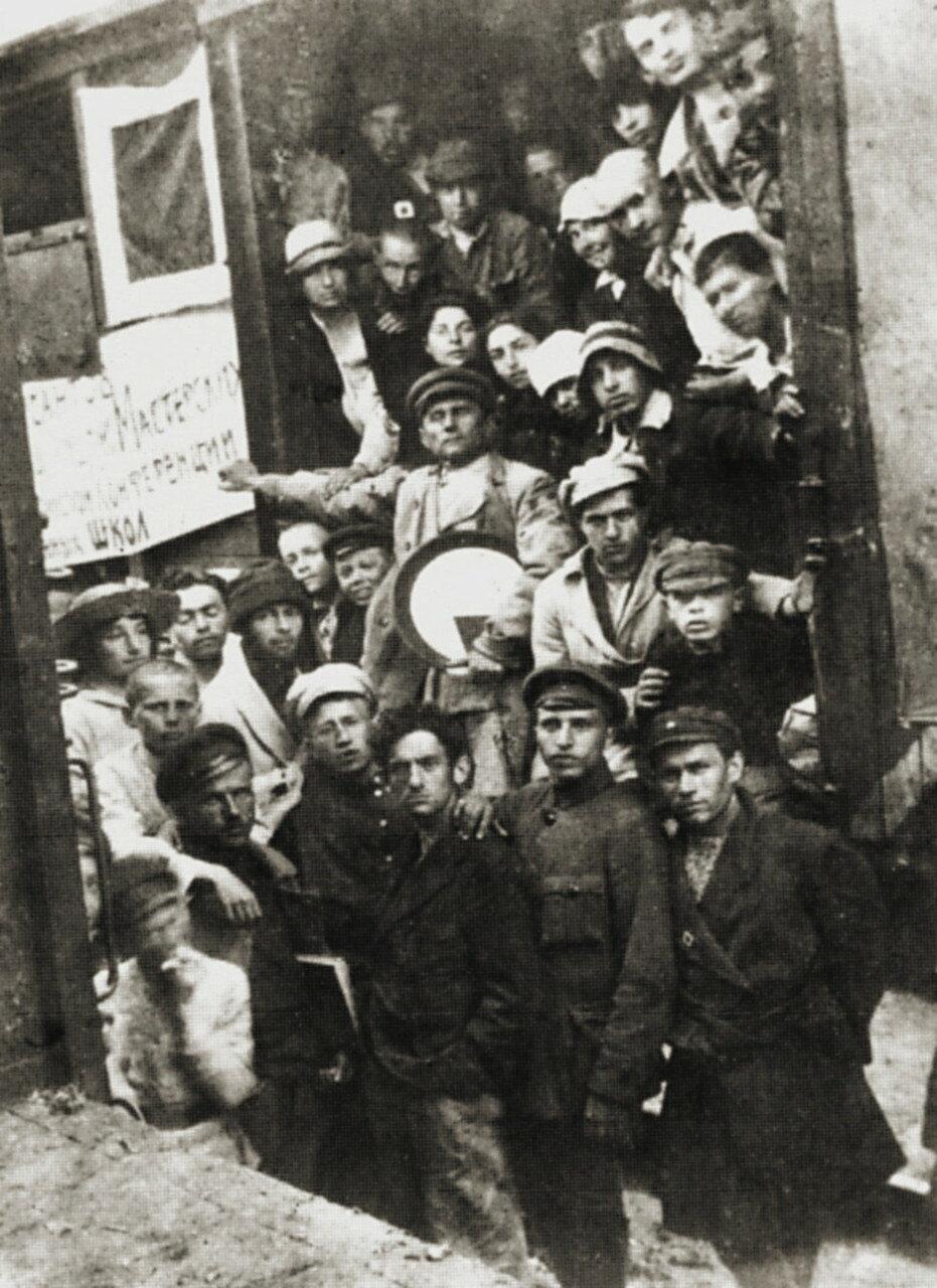 1920. Уновисовцы на вокзале Витебска. В центре — Казимир Малевич. 5 июня