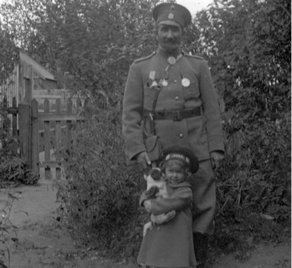 В жандармском мундире — Николай Батхель, отец А. Н. Авдониной, тесть фотографа