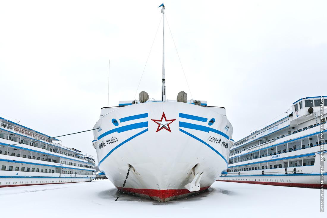 теплоход Андрей Рублев зимнее фото