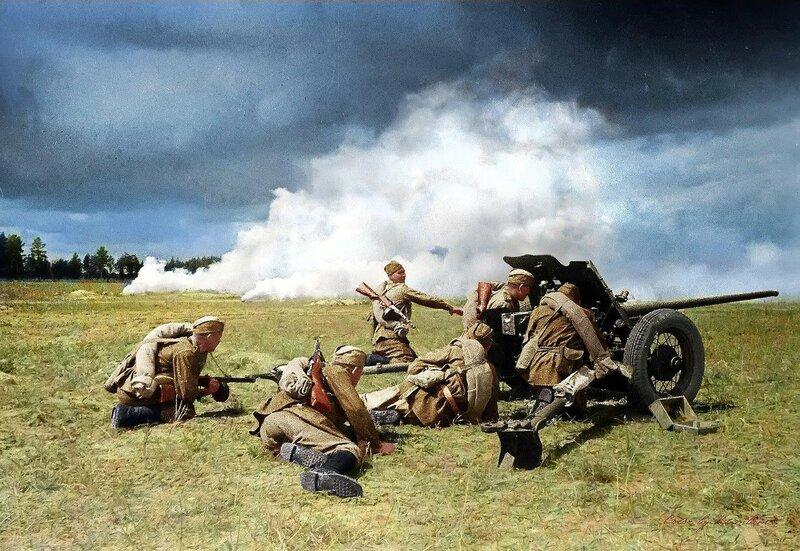 Советские артиллеристы ведут бой из 45-мм противотанковой пушки под прикрытием дымовой завесы. Фото 1943 года..jpg